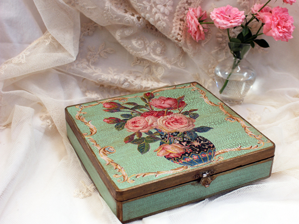Roses in Vase Box Green